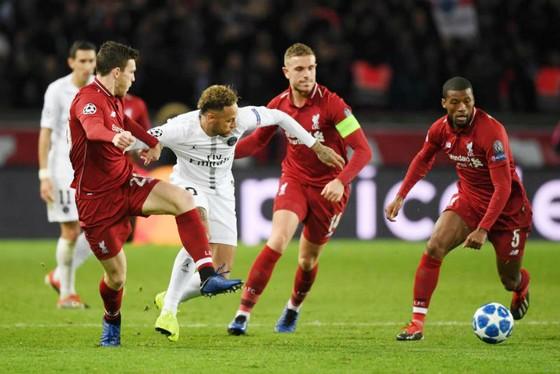Hàng tiền vệ của Liverpool vất vả ngăn cản Neymar của Paris SG. Ảnh: Getty Images