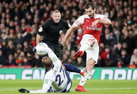 Pha bóng dẫn đến chấn thương nghiêm trọng của Henrikh Mkhitaryan (phải). Ảnh: PA