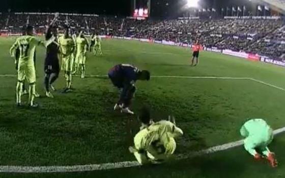 Barca thua trận trong nỗi xấu hổ mang tên Busquets, Cillessen ảnh 1
