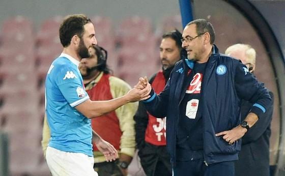 HLV Maurizio Sarri sẽ sớm tái hợp với Gonzalo Higuain tại Chelsea? Ảnh: Getty Images