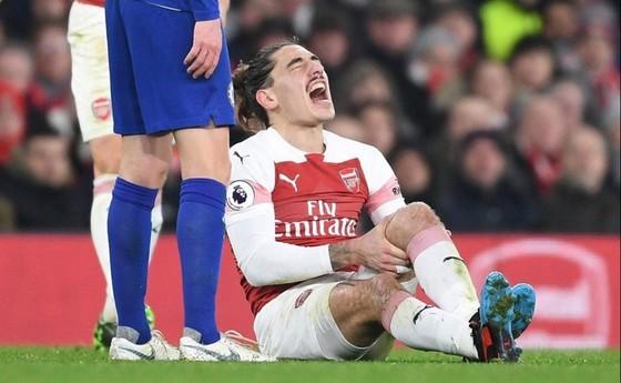 Hector Bellerin phải nghỉ đến 9 tháng vì tổn thương dây chằng đầu gối. Ảnh: Getty Images