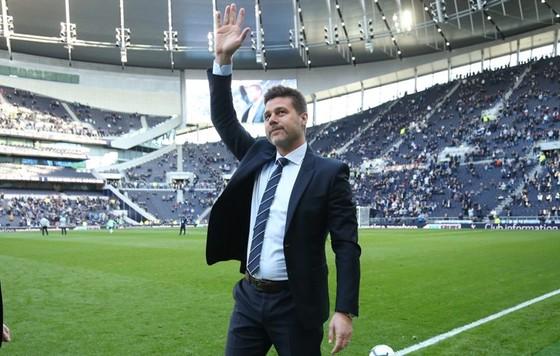 HLV Mauricio Pochettino chào người hâm mộ khi tiến ra sân mới. Ảnh: The Sun