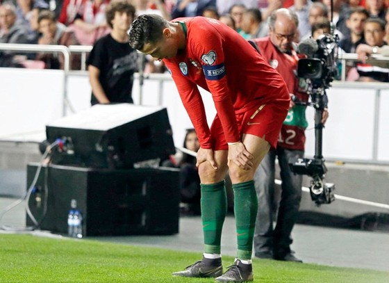 Dù cố gắng trở lại sân, nhưng Cristiano Ronaldo đã không thể tiếp tục thi đấu. Ảnh: Getty Images