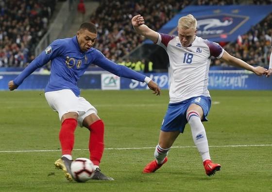 Kylian Mbappe (trái) tỏa sáng giúp tuyển Pháp thắng vang dội. Ảnh: Getty Images