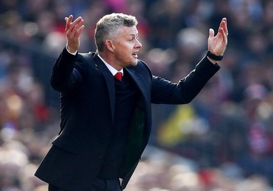 HLV Ole Gunnar Solskjaer không hài lòng khi chứng kiến trận đấu. Ảnh: Getty Images