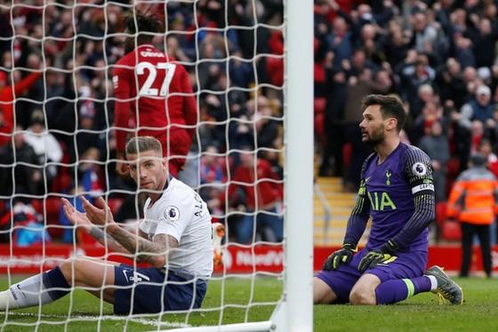 Tottenham sa sút không chỉ vì những sai lầm đơn lẻ như tại Liverpool mới đây. Ảnh: Getty Images