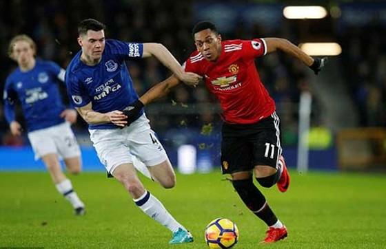 Everton (trái) sẵn sàng ngáng đường vào tốp 4 của Man.United. Getty Images