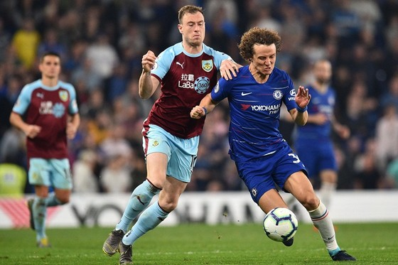 Chelsea (phải) đã bỏ lỡ cơ hội tốt trong cuộc đua giành vé dự Champions League. Ảnh: Getty Images