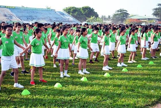 Màn thể dục đồng diễn của học sinh Vĩnh Long đạt kỉ lục Guinness Việt Nam về số lượng tham dự ảnh 2