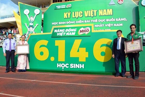 Màn thể dục đồng diễn của học sinh Vĩnh Long đạt kỉ lục Guinness Việt Nam về số lượng tham dự ảnh 1