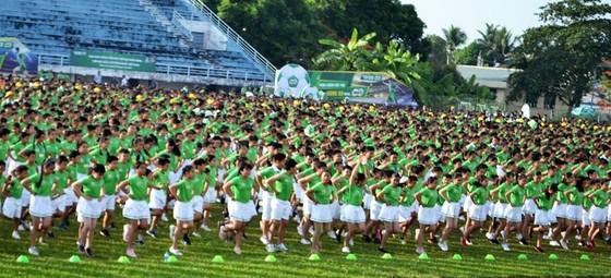 Màn thể dục đồng diễn của học sinh Vĩnh Long đạt kỉ lục Guinness Việt Nam về số lượng tham dự ảnh 3