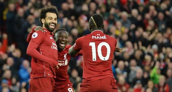 """Liverpool trở lại ngôi đầu trong """"cơn mưa"""" kỷ lục ảnh 1"""