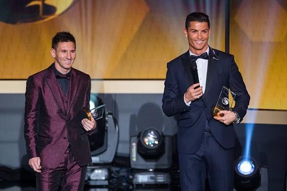 """Ronaldo đi… săn siêu xe, Messi """"săn"""" Quả bóng vàng  ảnh 1"""