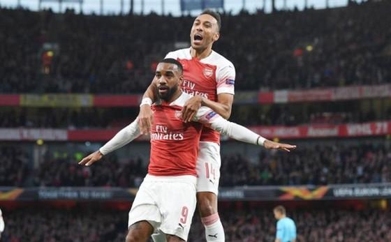 """""""2 trọng pháo"""" Alexandre Lacazette và Pierre-Emerick Aubameyang đồng loạt nổ súng cho Arsenal. Ảnh: Getty Images"""