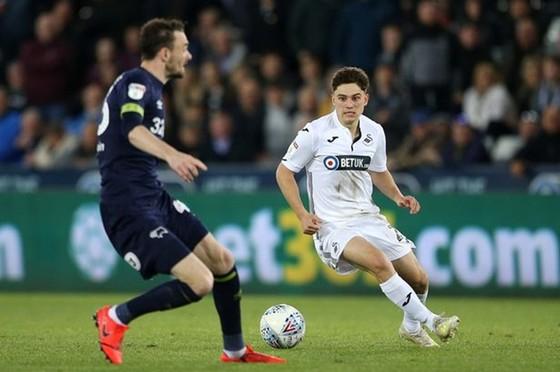 Daniel James (phải) đang gây ấn tương mạnh trong màu áo Swansea. Ảnh: Getty Images