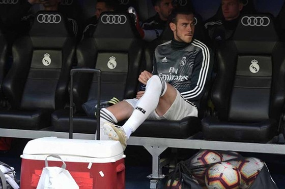 Gareth Bale cô đơn trên băng ghế dự bị. Ảnh: Getty Images