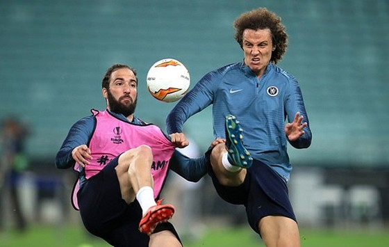 Gonzalo Higuain (trái) và David Luiz va chạm căng thẳng trong buổi tập. Ảnh: Daily Mail