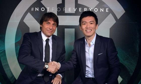 HLV Antonio Conte bên cạnh Chủ tịch Inter, Steven Zhang.