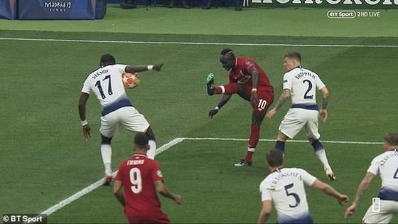 """Cánh tay Sissoko, """"cái đầu"""" Klopp và đỉnh cao thứ 6 cho Liverpool ảnh 1"""