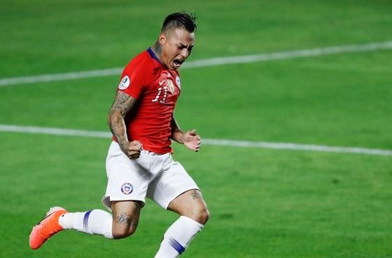 Eduardo Vargas tỏa sáng với cú đúp giúp đương kim vô địch khởi đầu thành công. Ảnh: AP