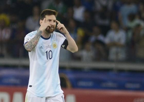 """Lionel Messi vẫn bất lực trong nhiệm vụ """"kéo"""" Argentina tiến đi. Ảnh: Getty Images"""
