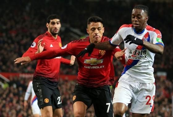 Aaron Wan-Bissaka (phải) cùng Crystal Palace đối đầu Man.United. Ảnh: Getty Images