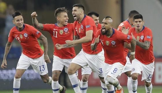 Chile ăn mừng sau loạt sút luân lưu thành công. Ảnh: AFP