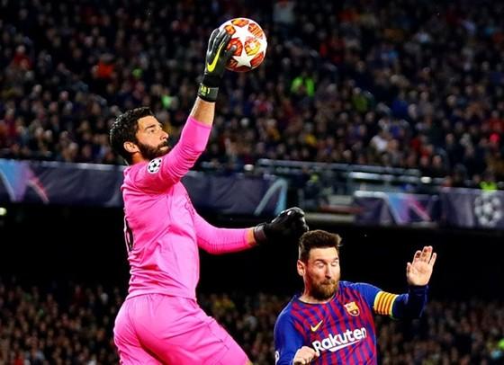 Alisson luôn chơi tyệt vời khi đối đầu Lionel Messi ở CLB. Ảnh: Getty Images