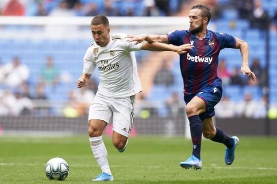 Chưa gây được ấn tượng, nhưng Eden Hazard (trái) là sự trở lại đáng chờ đợi của Real. Ảnh: Getty Images