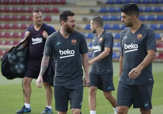 Lionel Messi và Suarez trao đổi sau buổi tập vào thứ hai. Ảnh: Getty Images