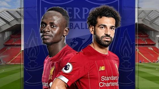 """Sadio Mane (trái) chắc chắn không chấp nhận """"đứng sau"""" Mohamed Salah."""