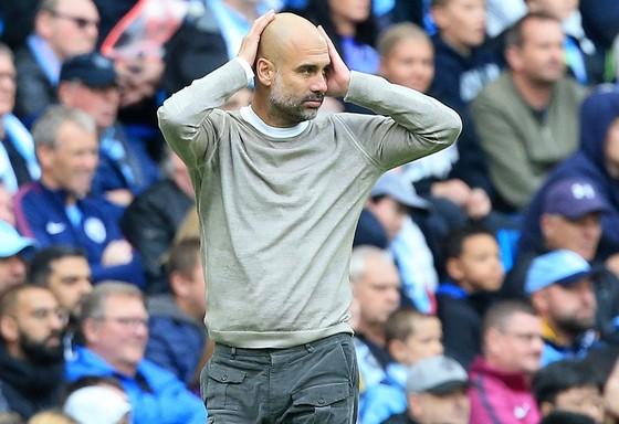 HLV Pep Guardiola choáng váng chứng kiến Man.City sụp đổ trên sân nhà. Ảnh: Getty Images