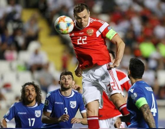 Tuyển Nga (áo đỏ) đã xuất sắc sớm giành vé dự VCK. Ảnh: Getty Images