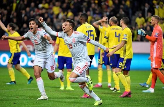 Tiền đạo Rodrigo mừng bàn thắng quan trọng giúp Tây Ban Nha đoạt vé sớm. Ảnh: Getty Images