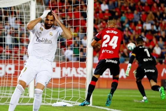 """""""Kền kền trắng"""" bị bắn hạ, Barca ung dung chiếm ngôi đầu ảnh 1"""