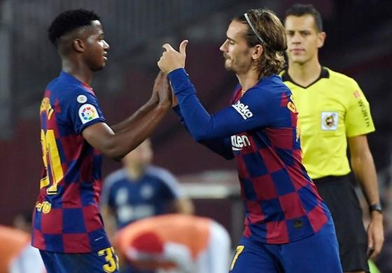 Antoine Griezmann chỉ sân thay cho tài năng Ansu Fati hôm giữa tuần. Ảnh: Getty Images