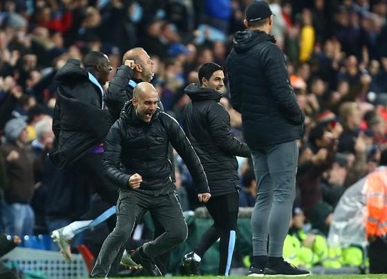 Hình ảnh ăn mừng cuồng nhiệt của Pep Guardiola đã nói rõ hơn áp lực mà ông và các học trò phải đối mặt. Ảnh: Getty Images