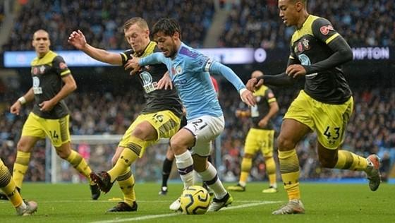 David Silva không thể kết thúc trận đấu với Southampton vì chấn thương. Ảnh: Getty Images