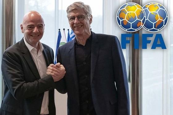Arsene Wenger bên cạnh Chủ tịch FIFA, Gianni Infantino. Ảnh: Getty Images