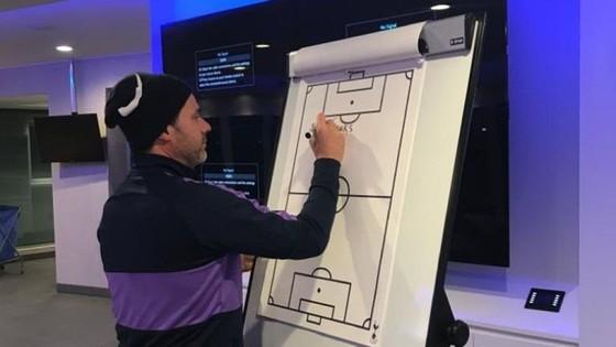 Mauricio Pochettino viết những dòng chia tay trên tấm bảng chiến thuật. Ảnh: Sky Sports