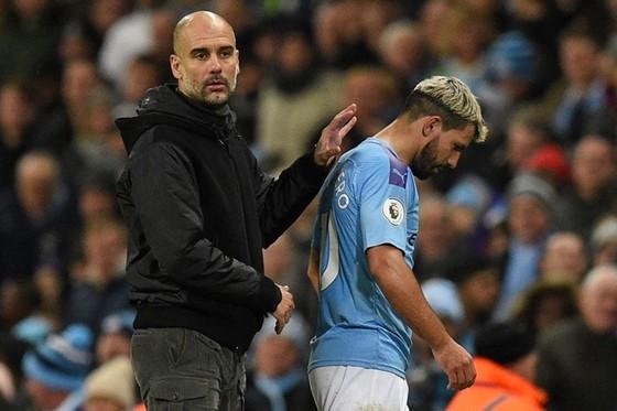 HLV Pep Guardiola thất vọng vì mất chân sút chủ lực Sergio Aguero trong vài tuần. Ảnh: Getty Images