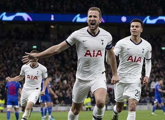 Harry Kane ghi cú đúp bàn thắng giúp Tottenham ngược dòng ấn tượng. Ảnh: Getty Images