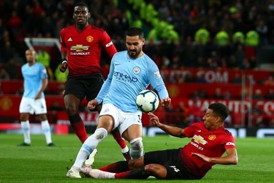 """Khi Liverpool thẳng tiến đến ngôi vương, thành Manchester """"cãi"""" nhau ai lớn hơn ảnh 1"""