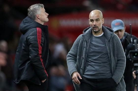 HLV Ole Gunnar Solskjaer cay đắng khi để đội bóng Pep Guardiola vượt mặt trên sân nhà mùa qua. Ảnh: Getty Images
