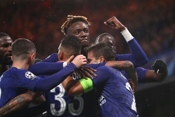 Liverpool, Chelsea giành vé thuyết phục, Ajax bị loại cay đắng ảnh 1