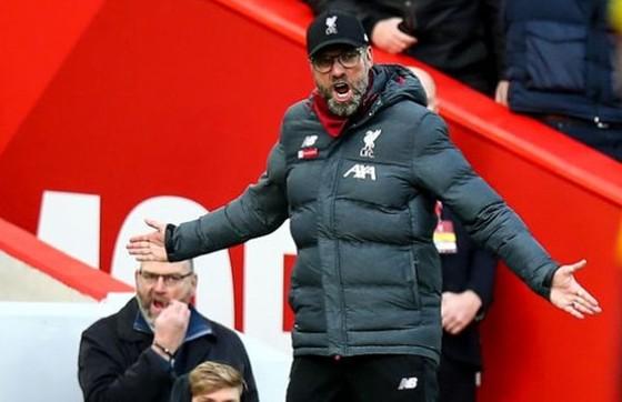 HLV Jurgen Klopp phản ứng dữ dội trong diễn biến trước Watford. Ảnh: Getty Images
