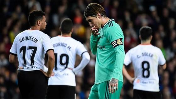 Sergio Ramos thất vọng khi Real chỉ rời sân Valencia với 1 điểm. Ảnh: Getty Images
