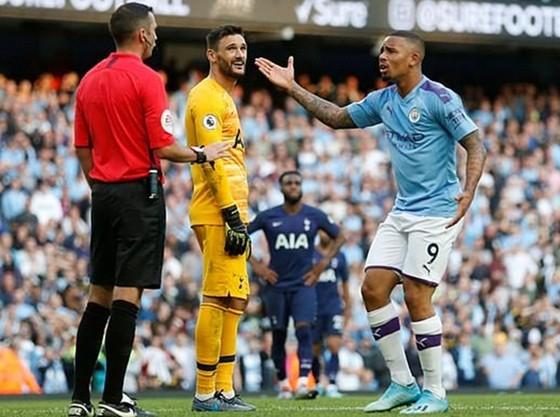 Hugo Lloris tỏ ra bất ngờ giữa lúc Gabriel Jesus phàn nàn với trọng tài. Ảnh: Getty Images