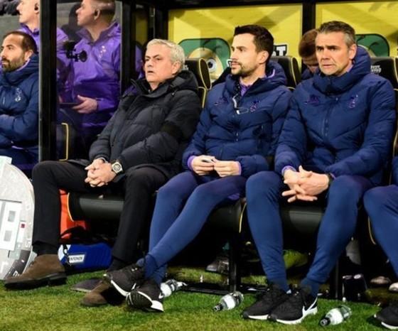 Dáng vẻ thất vọng của Jose Mourinho trên băng ghế chi đạo. Ảnh: Getty Images