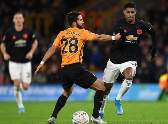 Man.United (phải) tiếp tục khiến mùa giải thêm khó khăn. Ảnh: Getty Images